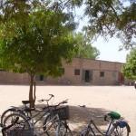 Cour et façade de l'école