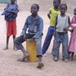 Ecolier jouant des percussions