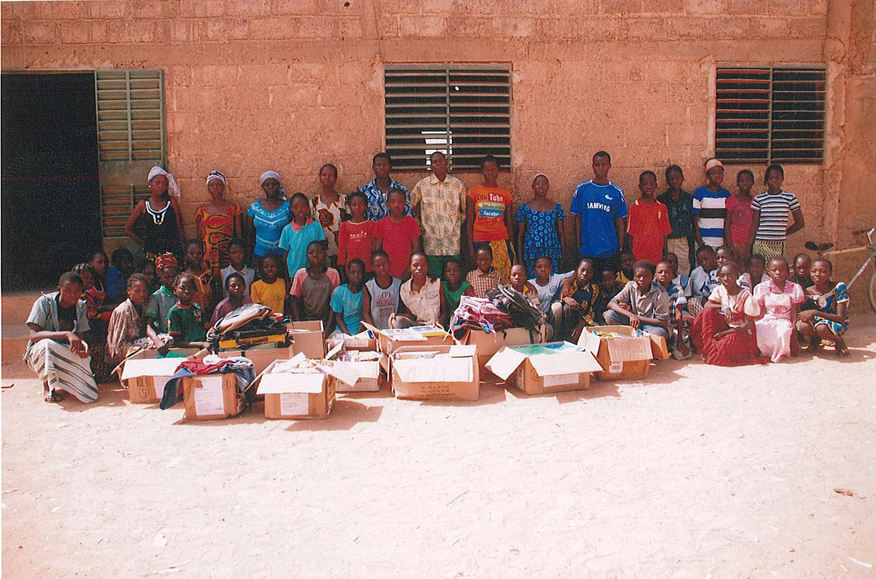 Les enseigants et quelques élèves derrière les cartons