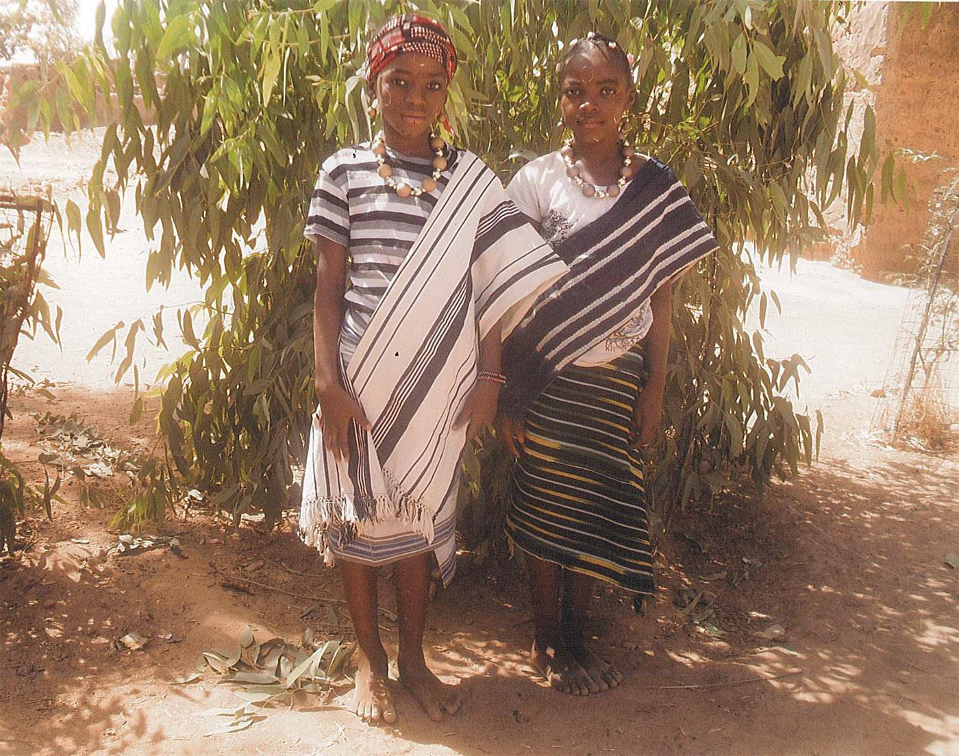 Fillettes en tenue traditionnelle